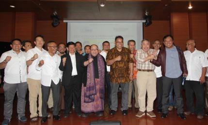 "DISKUSI PELUNCURAN SMSI : Ketua Umum SMSI Teguh Santosa bersama pengurus mengepalkan tangan serta pembicara Pakar Kelirumologi Jaya Suprayana, Pakar Komunikasi Politik Hendri Satrio, Deputi IV Kantor Staf Kepresidenan Eko Sulistyo dan Moderator Ketua Bidang Pembinaan Daerah Persatuan Wartawan Indonesia (PWI) Atal Depari usai diskusi bertema ""Kekeliruan Kebebasan Kebablasan menyusun desain komunikasi politik yang sehat"" dalam rangka peluncuran Serikat Media Siber Indonesia (SMSI) di Jaya Suprayana Institute, Mall of Indonesia, Kelapa Gading, Jakarta Utara, Senin (17/4/17). Diskusi ini merupakan rangkaian deklarasi Serikat Media Siber Indonesia (SMSI), sebuah organisasi perusahaan media online sudah memiliki dan sedang menyusun kepengurusan di 27 provinsi. Foto : Dwi Pambudo/Rakyat Merdeka"