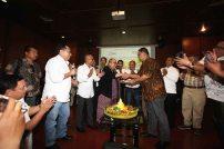 "DISKUSI PELUNCURAN SMSI : Ketua SMSI memberikan potongan tumpeng kepada Pakar Kelirumologi Jaya Suprayana, Pakar Komunikasi Politik Hendri Satrio, Deputi IV Kantor Staf Kepresidenan Eko Sulistyo dan Moderator Ketua Bidang Pembinaan Daerah Persatuan Wartawan Indonesia (PWI) Atal Depari usai menjadi pembicara diskusi bertema ""Kekeliruan Kebebasan Kebablasan menyusun desain komunikasi politik yang sehat"" dalam rangka peluncuran Serikat Media Siber Indonesia (SMSI) di Jaya Suprayana Institute, Mall of Indonesia, Kelapa Gading, Jakarta Utara, Senin (17/4/17). Diskusi ini merupakan rangkaian deklarasi Serikat Media Siber Indonesia (SMSI), sebuah organisasi perusahaan media online sudah memiliki dan sedang menyusun kepengurusan di 27 provinsi. Foto : Dwi Pambudo/Rakyat Merdeka"