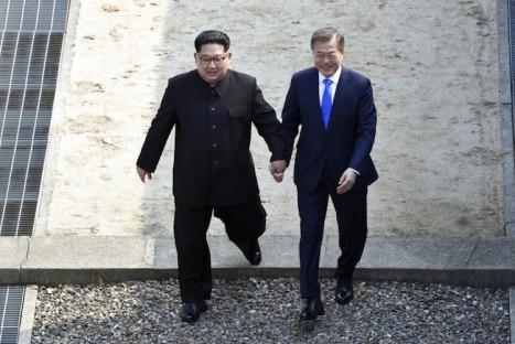 pemimpin-korea-utara-kim-jong-un-kiri-dan-presiden-korea-_180427132012-381